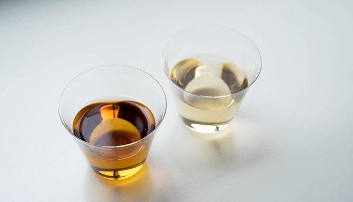 お茶の入った薄玻璃(うすはり)グラス・ベッロが2つ並んでいる