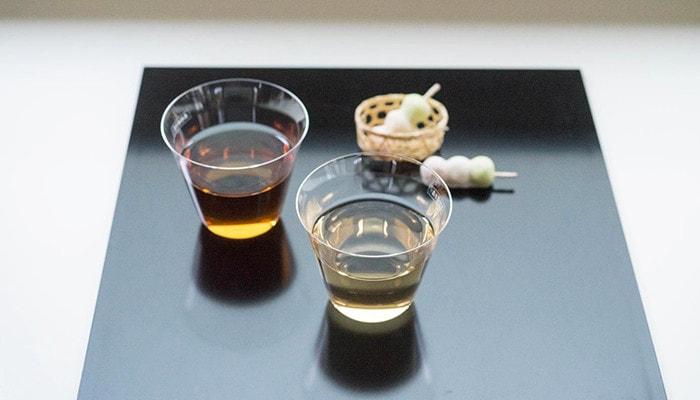 折敷の上にお茶の入ったベッロと和菓子が乗っている