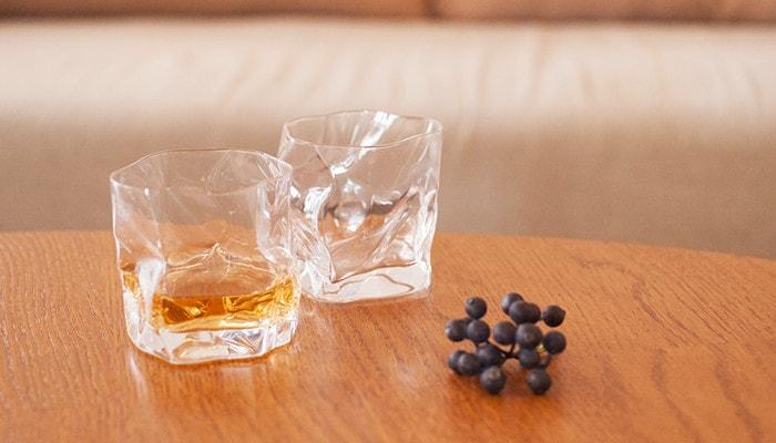 テーブルの上にCRUMPLE OLDのグラスが2つ並んでいる