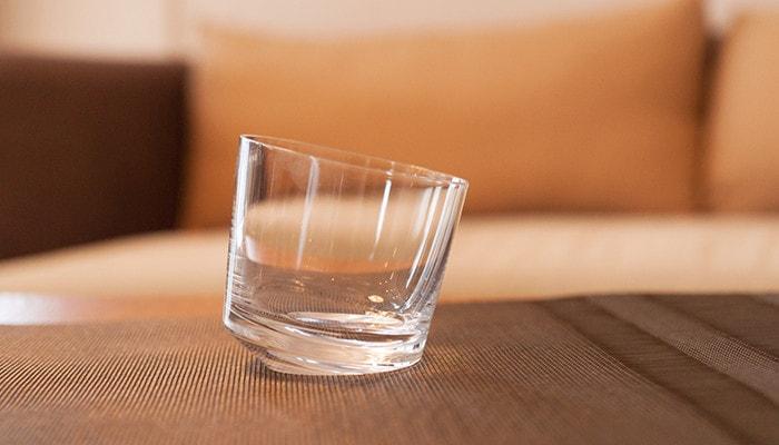 テーブルの上にSLANT GLASSが1つ置かれている