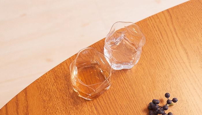 テーブルの上におかれた木村硝子店のCRUMPLE OLDを上から見た様子
