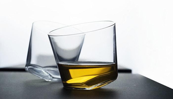 飲み物が入った木村硝子店のカンナグラス