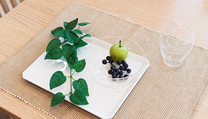 食卓にセットされたスクエアプレートと木村硝子店の薄玻璃(うすはり)ガラスの食器
