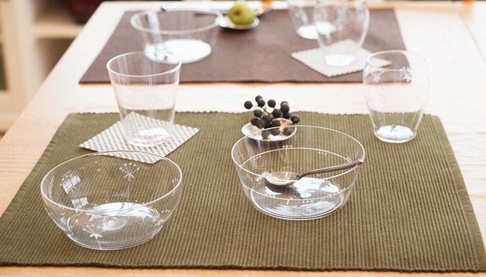 食卓にセットされた木村硝子店のうすはりガラスの食器