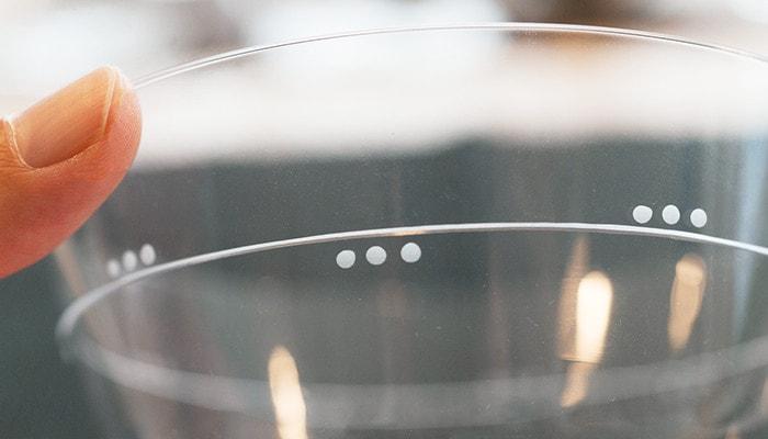 木村硝子店の薄玻璃(うすはり)グラス、オーブシリーズのスリードッツ模様のアップ