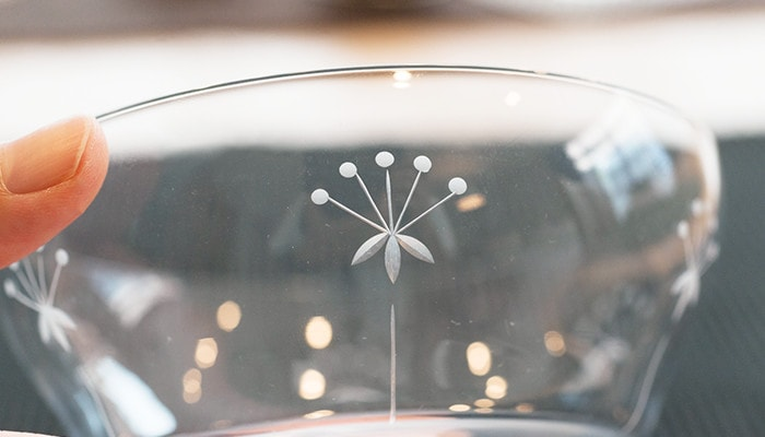 木村硝子店の薄玻璃(うすはり)グラス、オーブシリーズの雪の花模様のアップ
