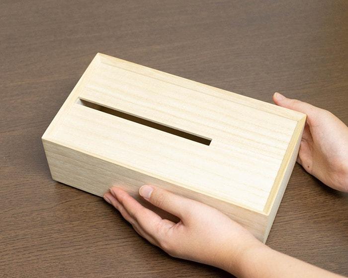 増田桐箱店のティッシュケースに手を添えている