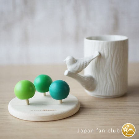 Wooden spinning tops of more Trees and perch cup of cement produce design.