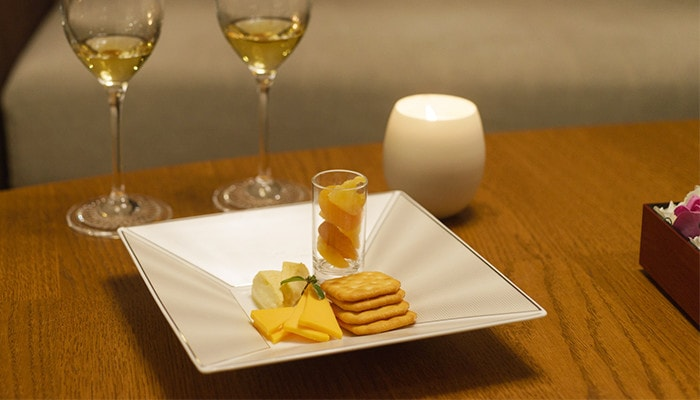 Cheese and crackers on the bone china plate of ELITE MODERN