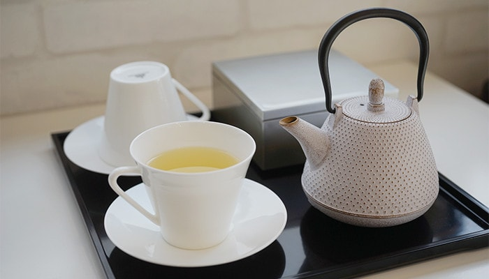 Tea in the bone china cup of EXQUISITE series and kyusu of Roji
