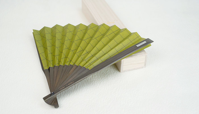 Half-opened matcha fan on its exclusive paulownia box