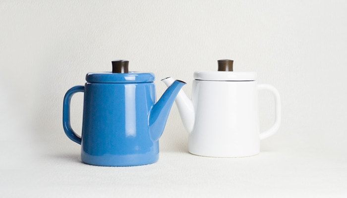 青と白色の野田琺瑯ポトル