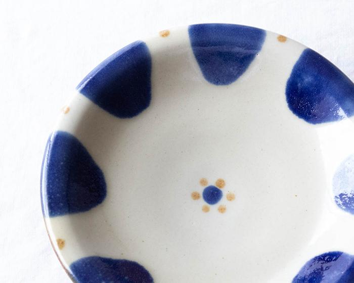 和食器にも洋食器にも合わせやすいバルトブルーのやちむん