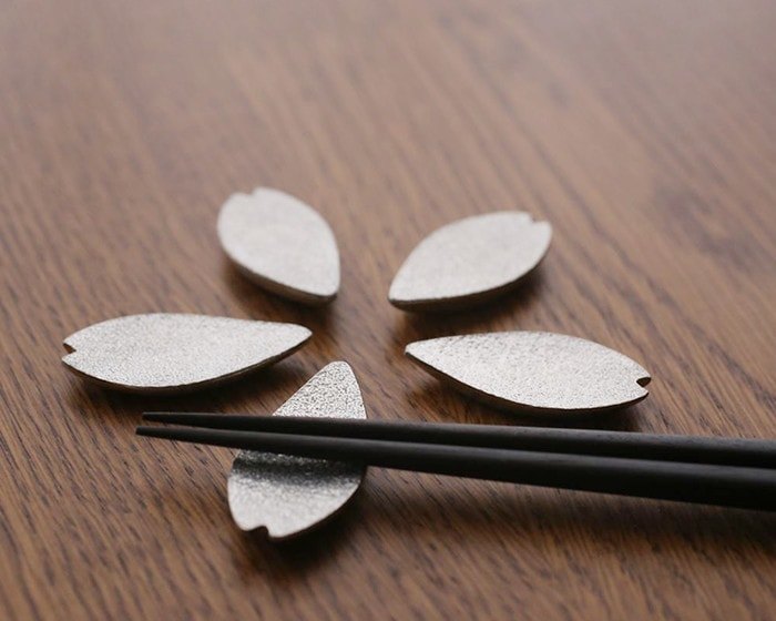Sakura chopstick rests in the Nousaku box