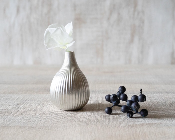 White flower is arranged in bud vase fig from Nousaku