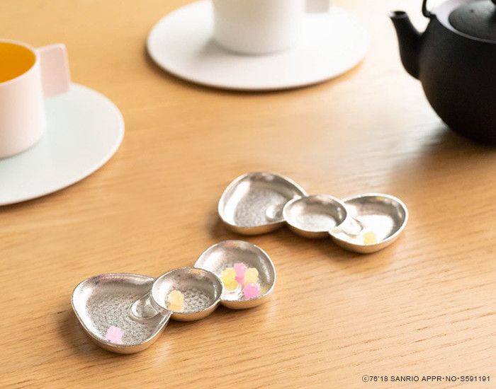 Small confectioneries on tin ribbon tray of Hello Kitty