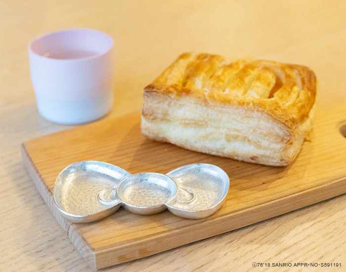 Break time with an apple pie and ribbon tray of Hello Kitty