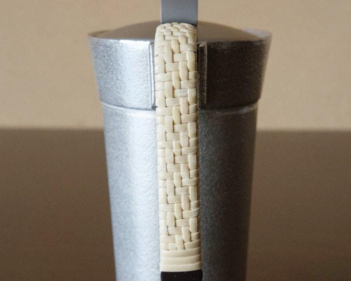 能作ちろりの持ち手に編まれている籐のアップ