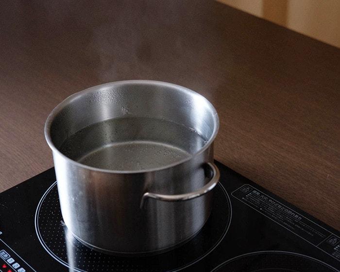 大きめの鍋でお湯を沸かしている