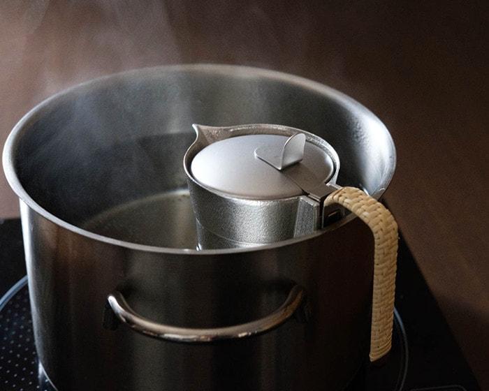 お湯で能作のちろりを湯煎している様子