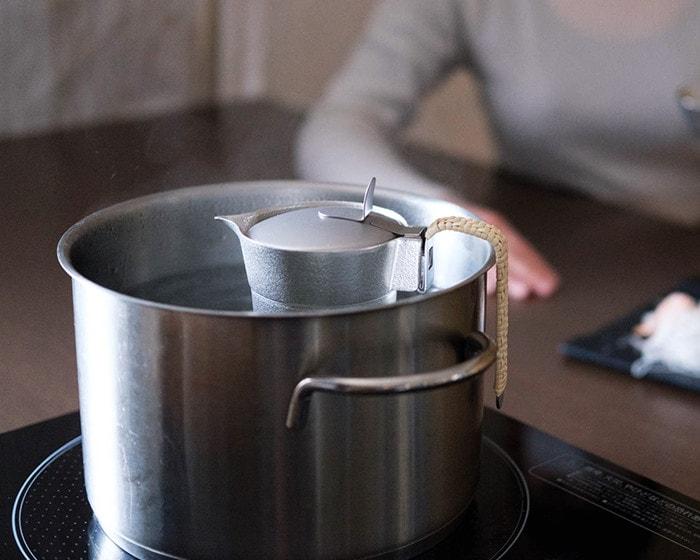 能作ちろりを湯煎しながら適温まで待っている様子