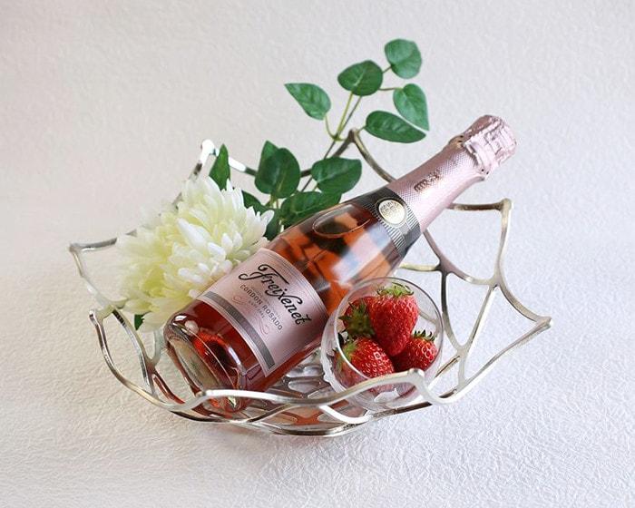 Use tin ware KAGO from Nousaku as wine basket