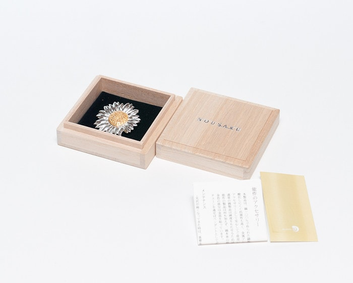 Tin flower brooch of Nousaku and its exclusive box and description paper