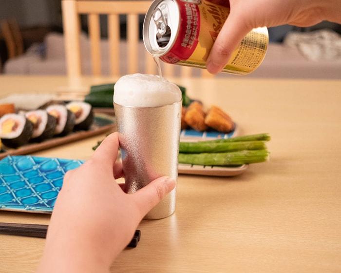 能作ビアカップにビールを注いでいる様子