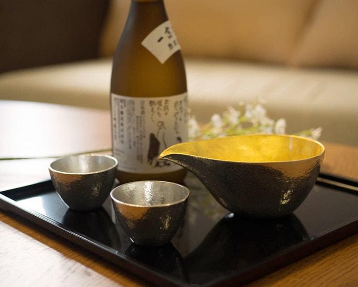 お盆に並んだ能作の酒器と日本酒