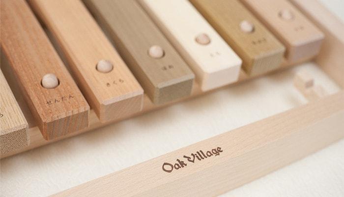 木琴に描かれているオークヴィレッジのロゴ