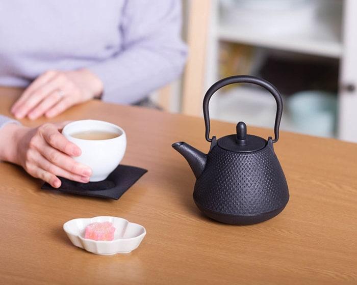 Rojiのティーポットでお茶を飲んでいる