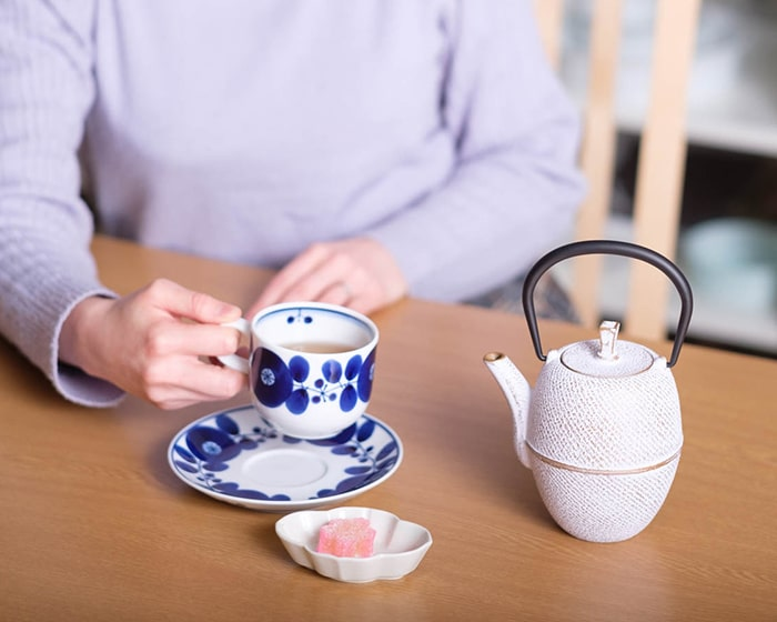 Moon tetsubin teapot on Arare L and white Tsutsugata-Hakeme tetsubin teapot on Arare S