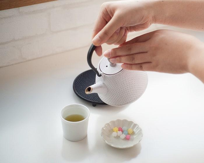 Rojiカラーティーポットでお茶を淹れている
