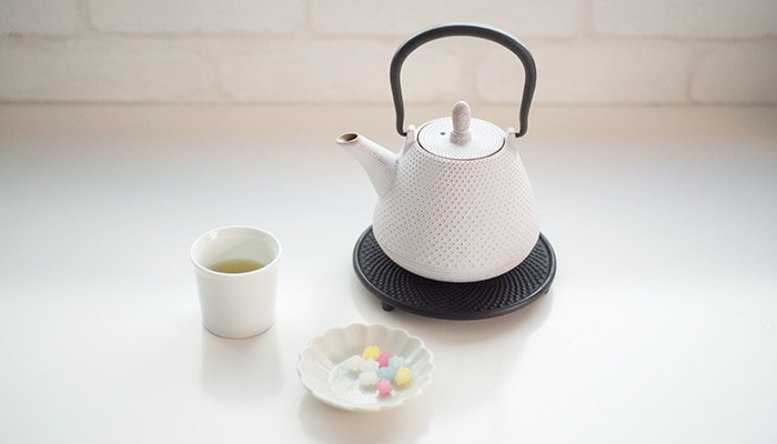 Making green tea with white color tetsubin teapot