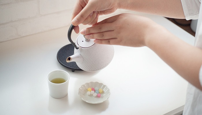 Pouring green tea with white Dome-Arare tetsubin teapot