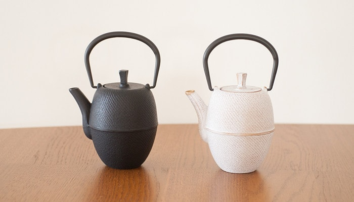 Two colors of Tsutsugata-Hakeme tetsubin teapots.