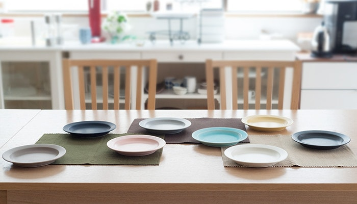 8 colors of plates are on the table