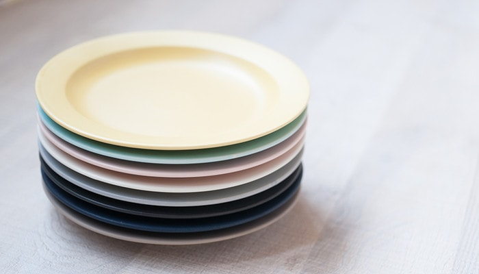 8 colors of plates are piled up