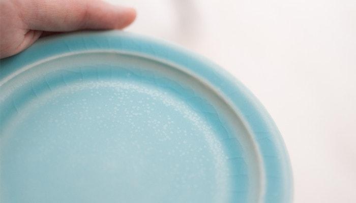SAKUZANプレートのターコイズ色の擦りキズ・貫入イメージ