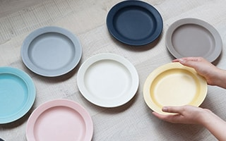 Table color coordination with colorful plates and bowls of SAKUZAN