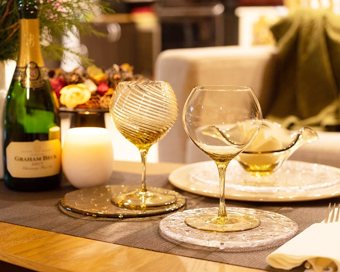 Table setting with glass plates and wine glass from Sghr