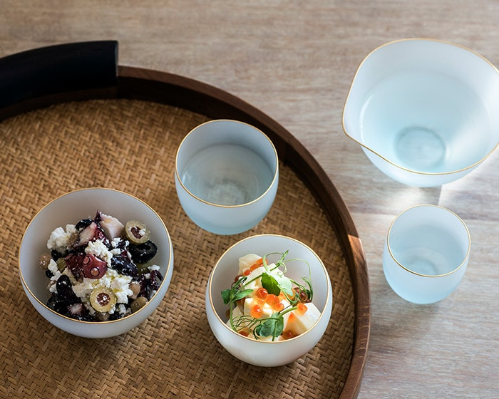 Put dishes on glass bowl of saki from Sghr