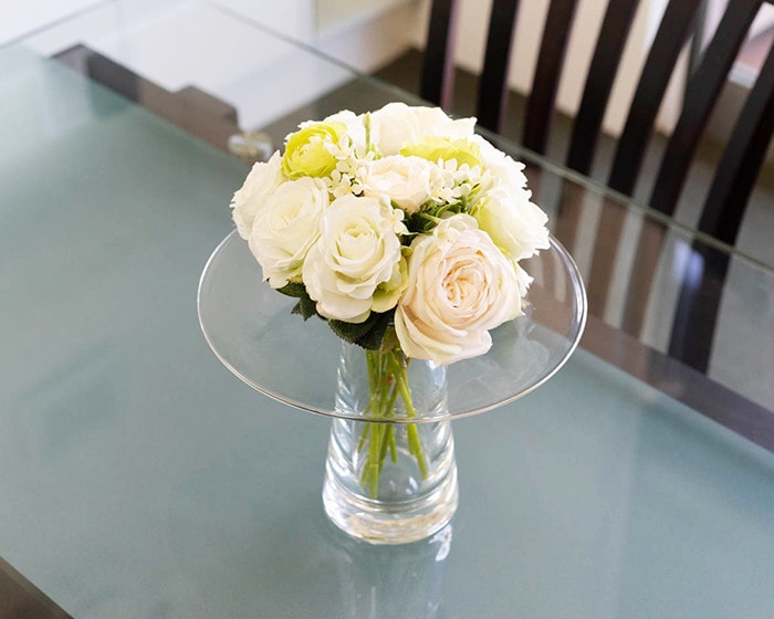 Rounded bouquet of roses in glass vase Calma