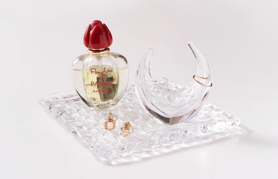 毎日をそっと見守る 美しいガラスのリングスタンド