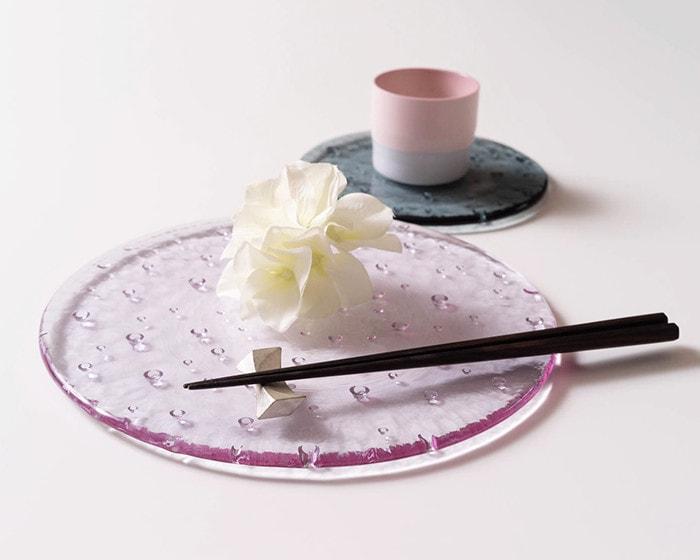 ガラスのプレート、スガハラのドロップレットに箸やお花を載せている