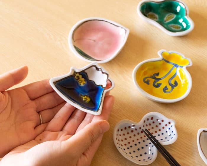 Kutani porcelain plates of Tenohira Engi series