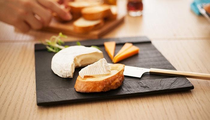 SUZURIにパンやチーズが乗っている