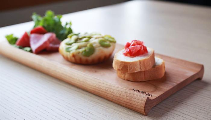 木製のカフェトレーにパンやサラダを乗せて