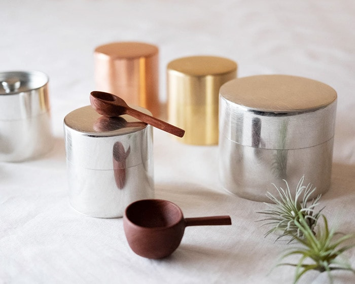 Tin tea caddies and wooden tea spoons from SyuRo