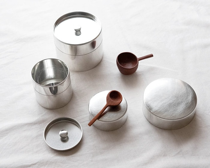 Storage tins and wooden tea spoons from SyuRo